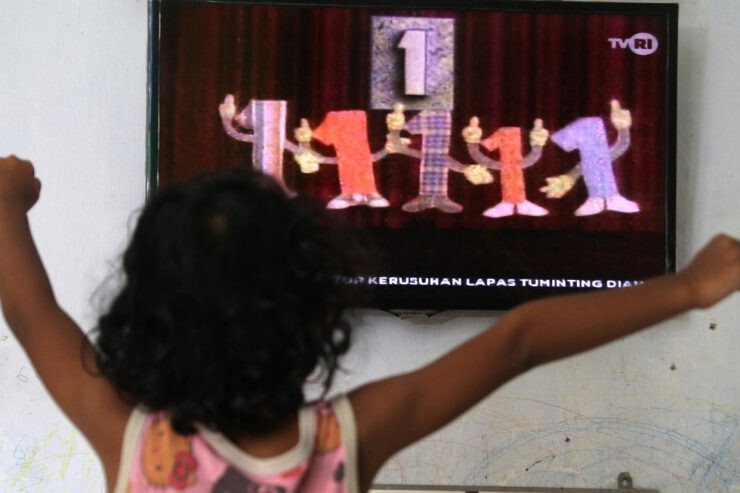 anak menonton TVRI - nalar.id