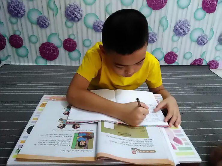 siswa belajar di rumah - nalar.id